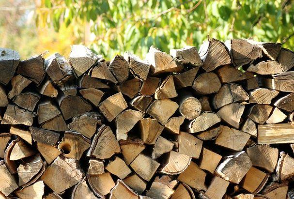 колотые дрова лежат на фоне